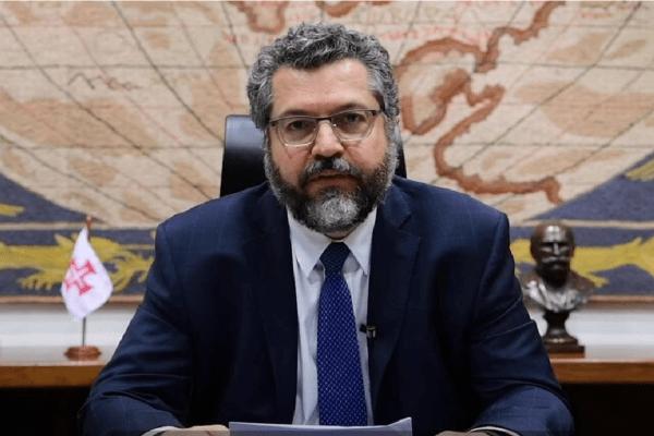 Esquerda protocola representação na PGR solicitando o afastamento de Araújo