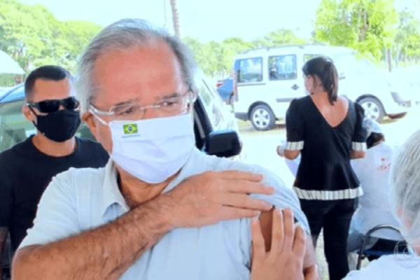 Paulo Guedes é vacinado contra Covid-19 em Brasília