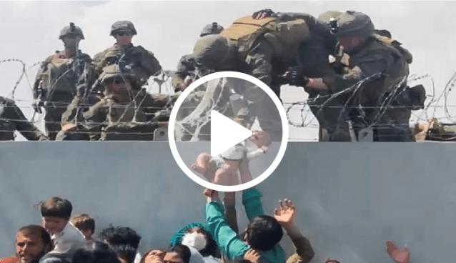 Vídeo mostra afegãos passando bebê para militares para escapar do Talibã